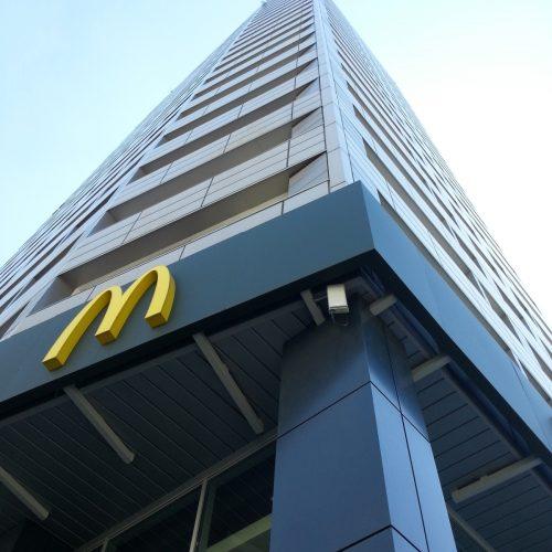 Wysokościowe roboty konstrukcyjne dla reklamy McDonald's nadachu wieżowca wcentrum Warszawy; 2016