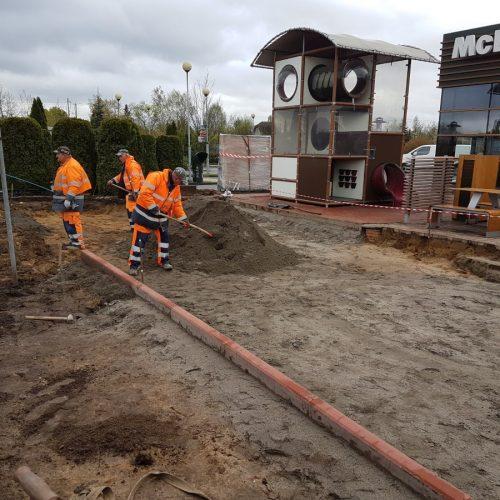 Prace przy modernizacji otoczenia restauracji McDonald's wSwarzędzu, 2017